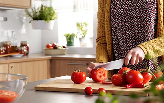 cutting tomatos